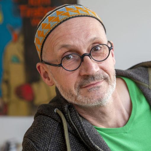 Tom Tirabosco, dessinateur genevois de bande dessinee, pose dans son atelier pour le photographe, ce mardi 23 mars 2021 a Geneve. Le dessinateur Taribosco s'est rendu a la ZAD de la colline de Mormont (VD) et a realise des dessine de zadistes lors de sa visite. (KEYSTONE/Salvatore Di Nolfi)